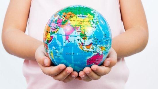 NOB Kind met wereldbol in handen