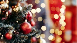 Kerstboom met rode glitterkerstbal