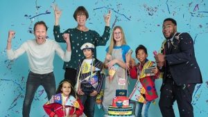 feestende kinderen en auteurs van de Kinderboekenweek 2021